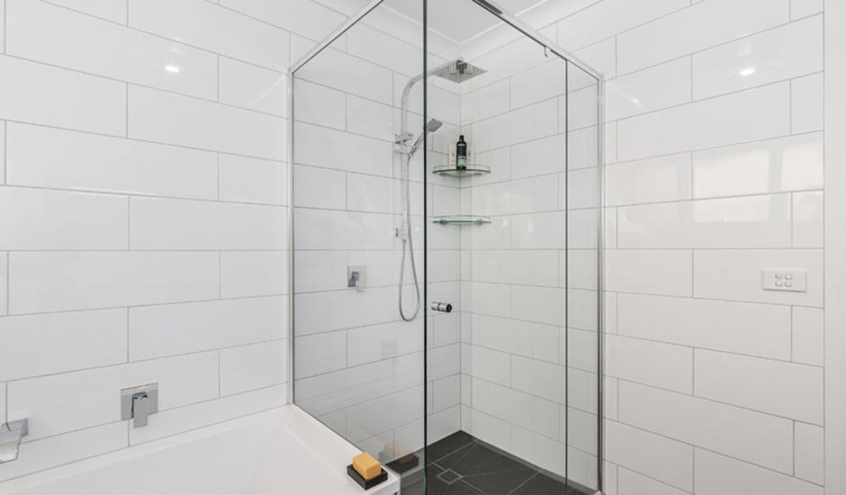 Deakin2 – Bathroom 2 – Semi-frameless showerscreen_940